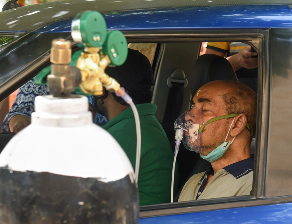 Gurugram: A COVID-19 patient receives free oxygen, provided by NGO Hemkunt Foundation, during the second wave of the coronavirus pandemic in Gurugram, Friday, April 30, 2021. (PTI Photo)(PTI04 30 2021 000156B)