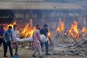 दिल्ली के गाजीपुर इलाके में स्थित एक शवदाह गृह में कोविड-19 महामारी से जान गंवाने वाले लोगों का अंतिम संस्कार. (फोटो: पीटीआई)
