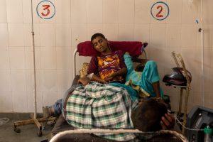 उत्तर प्रदेश के बिजनौर शहर स्थित सरकारी अस्पताल के एक बिस्तर पर लेटे मरीज. (फोटो: रॉयटर्स)