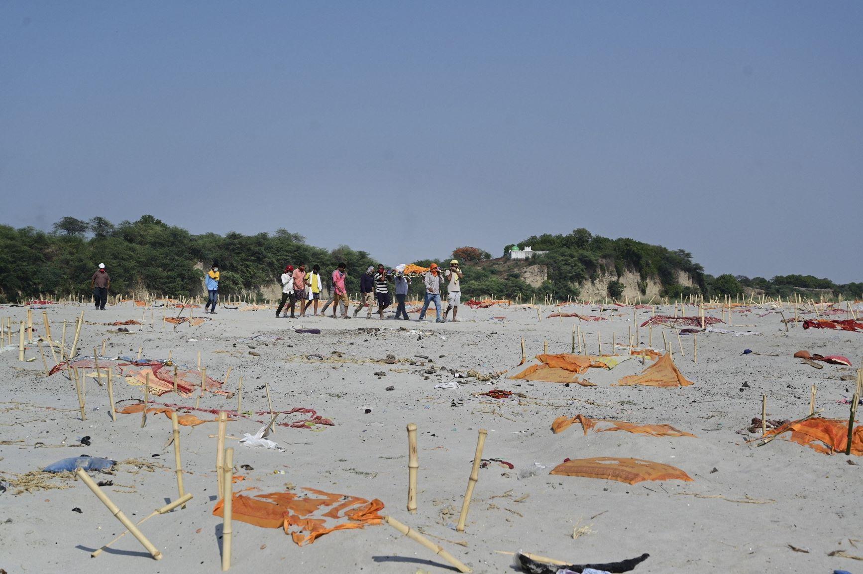 कोरोना की दूसरी लहर के दौरान मई 2021 में इलाहाबाद के श्रृंगवेरपुर में गंगा घाट पर दफ़न शव. (फोटो: पीटीआई)