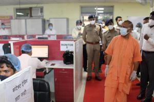 गोरखपुर के कोविड कंट्रोल रूम में मुख्यमंत्री योगी आदित्यनाथ. (साभार: सीएमओ)