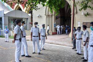 मामले की सुनवाई के दौरान कलकत्ता हाईकोर्ट के बाहर खड़ी पुलिस. (फोटो: पीटीआई)