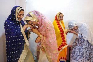 भोपाल में ईद के मौके पर एक परिवार. (फोटो: पीटीआई)