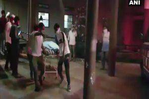 आग लगने के बाद अस्पताल में मरीजों को बाहर निकालते लोग. (फोटो साभार: फेसबुक)