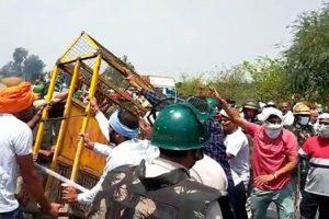 प्रदर्शनकारियों ने बैरीकेड को तोड़ दिया (फोटो: पीटीआई)