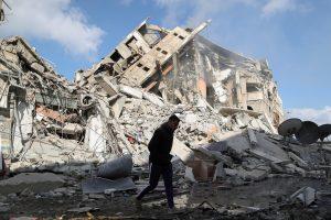 गाजा में इजरायल की ओर से किए गए हमले में तबाह घर. (फोटो: रॉयटर्स)