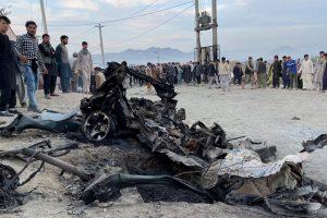 अफगानिस्तान की राजधानी काबुल में विस्फोट स्थल के पास लगी भीड़. (फोटो: रॉयटर्स)