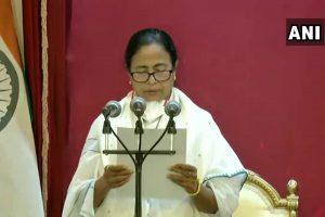 बुधवार को कोलकाता स्थित राजभवन में मुख्यमंत्री पद की शपथ लेतीं ममता बनर्जी. (फोटो साभार: एएनआई)