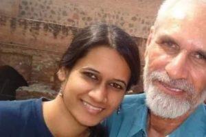 पिता महावीर नरवाल के साथ नताशा नरवाल. (फोटो साभार: ट्विटर)