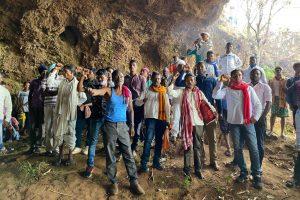 माली पर्वत सुरक्षा समिति के नेतृत्व में जुटे लोग प्रतिरोध करते हुए, (सभी फोटो: जसिंता केरकेट्टा)