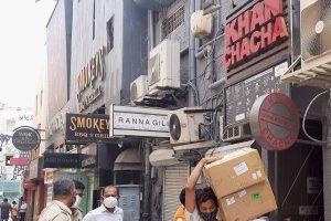 नवनीत कालरा के खान चाचा रेस्तरां में पुलिस छापामारी (फोटो: पीटीआई)