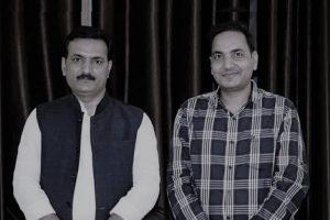 भाई अरुण के साथ सतीश द्विवेदी. (बाएं) (फोटो साभार: फेसबुक)
