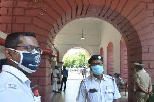 मदन मित्रा और सोवन चटर्जी के एसएसकेएम अस्पताल में भर्ती होने के बाद वहां तैनात कोलकाता पुलिस के कर्मचारी. (फोटो: पीटीआई)