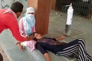 एक मरीज़ के साथ विक्की. (लाल कमीज में) फोटो साभार: वीडियोग्रैब)