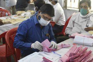 पंचायत चुनाव की मतगणना के दौरान एक कर्मचारी. (फोटो: पीटीआई)