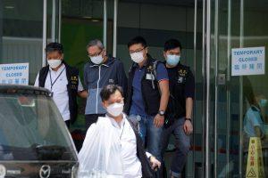 हांगकांग के राष्ट्रीय सुरक्षा विभाग के अधिकारियों द्वारा एप्पल डेली के कार्यालयों में छापामारी की गई. (फोटो: रॉयटर्स)