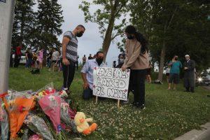 ओंटारियो में पाकिस्तानी परिवार की हत्या की जगह पर बनाया गया अस्थायी मेमोरियल. (फोटो: रॉयटर्स)