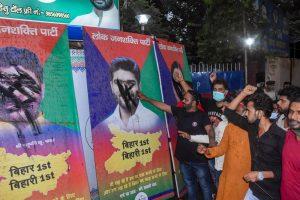 बीते मंगलवार को बिहार की राजधानी पटना स्थित लोजपा के दफ्तर के बाहर पशुपति कुमार पारस सहित पार्टी के अन्य बागी सांसदों के पोस्टरों पर काला पेंट पोतते चिराग पासवान के समर्थक. (फोटो: पीटीआई)