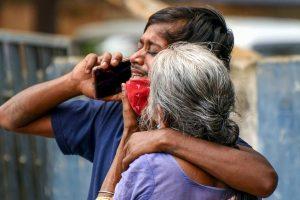 कोविड-19 संक्रमित व्यक्ति की मौत के बाद रोते बिलखते परिजन. (फोटो: पीटीआई)