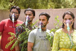 पांच जून को विश्व पर्यावरण दिवस के अवसर पर बीकानेर में राजस्थान के कलाकारों ने पेड़ लगाने के लिए हुए जागरूकता कार्यक्रम में ऑक्सीजन मास्क पहने हुए नजर आए. (फोटो: पीटीआई)