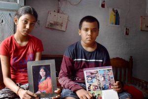 मध्य प्रदेश के जबलपुर के रांझी इलाके में आठवीं कक्षा में पढ़ने वाली 13 साल की तोशिका नायडु अपने 10 साल के भाई जीआर नायडु के साथ. कोरोना वायरस के कारण दोनों अपने माता-पिता को खो चुके हैं. (फोटो: पीटीआई)