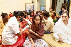 मध्य प्रदेश के इंदौर शहर में ट्रांसजेंडर समुदाय के लोगों को कोरोना वायरस का टीका लगाते स्वास्थ्यकर्मी. (फोटो: पीटीआई)