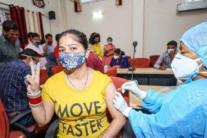 जम्मू के कंपनी बाग स्थित एक टीकाकरण केंद्र में एक महिला ने कोविड-19 टीके का पहला डोज लिया. (फोटो: पीटीआई)