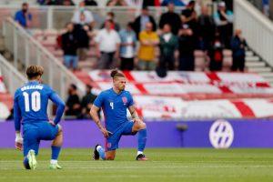 एक मैच के दौरान घुटनों पर बैठे इंग्लैंड के खिलाड़ी. (फोटो: रॉयटर्स)