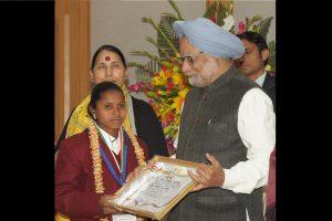 पूर्व प्रधानमंत्री डॉ. मनमोहन सिंह ने हाली रघुनाथ बराफ को वीरता पुरस्कार से सम्मानित किया था. (फोटो: विकिमीडिया)