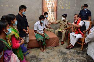 असम के मुख्यमंत्री हिमंता बिस्वा सरमा ने बीते रविवार को कोकराझार में पीड़ित परिवार से मुलाकात की. (फोटो साभार: ट्विटर)