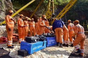 एनडीआरएफ के द्वारा जयंतिया हिल्स जिले के कोयला खदान में फंसे मजदूरों को बचाने के लिए बचाव कार्य करते हुए. (फोटो: पीटीआई)