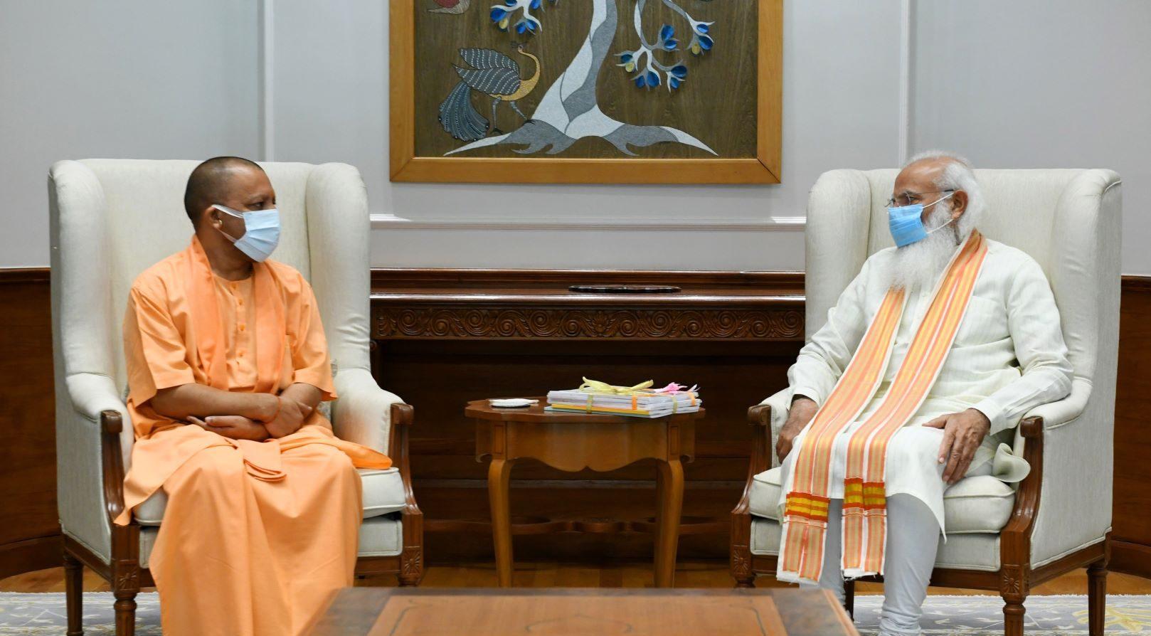 प्रधानमंत्री नरेंद्र मोदी के साथ योगी आदित्यनाथ. (फोटो साभार: पीएमओ)