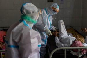 मई 2021 में बिजनौर के एक सरकारी अस्पताल के कोविड-19 वॉर्ड में मरीजों के साथ स्वास्थ्य कर्मी. (फोटो: रॉयटर्स)
